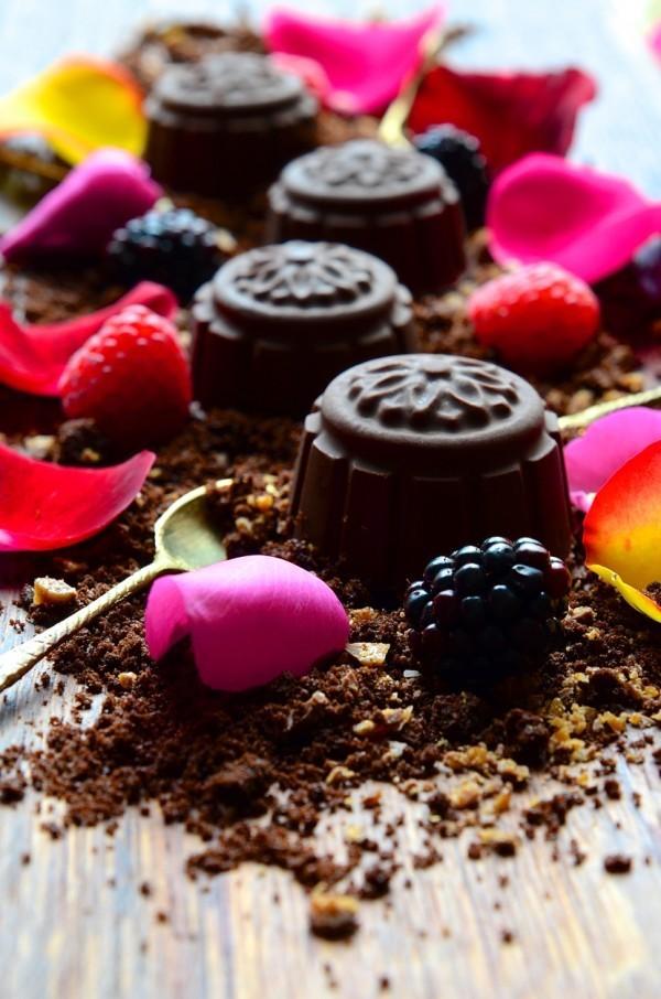 Caramel Cocoa Crumbs | Ice Cream Kisses & Blackberries.